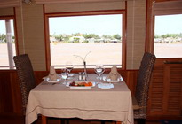RV landiep Cruise Mekong River dinning: