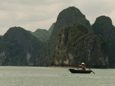 traditional-fishing-boat-in-halong-bay